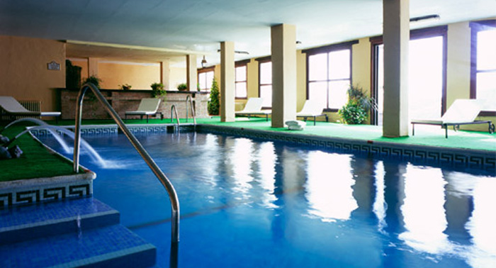 Emociom almer a 2 noches de alojamiento con mp ba o for Gimnasio con piscina granada