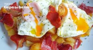 Deliciosa ración de Patatas a lo pobre con  Huevos y jamón, 4 tapas y jarra de cerveza o tinto