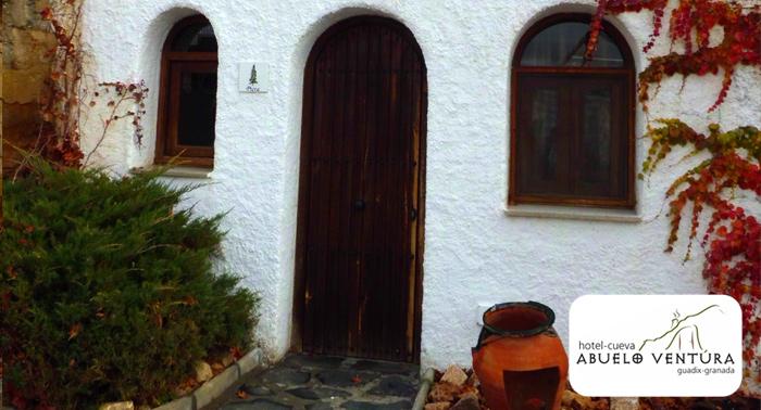 1 Noche Alojamiento en Hotel Cueva + Copa de bienvenida + Cena para 2 personas, en Guadix