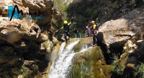 Saborea la aventura y la adrenalina con la jornada de barranquismo en Río Verde o Lentegí