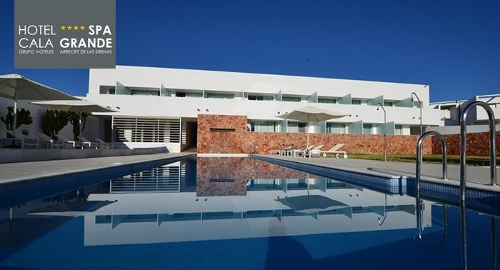 Plan para 2 en Hotel Cala Grande****: Acceso al Beach Club todo el día + Circuito Spa + Bebidas