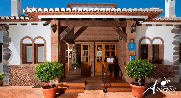 Escapada Rural Romántica a la Axarquía para 2: 1 o 2 Noches con Desayunos + Jacuzzi Privado