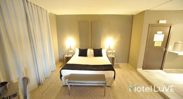Escapada romántica a Valencia: Noche en Suite con Jacuzzi + Paquete Romántico