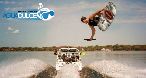 Disfruta de la máxima aventura con el deporte acuático WakeBoard en la Costa de Aguadulce