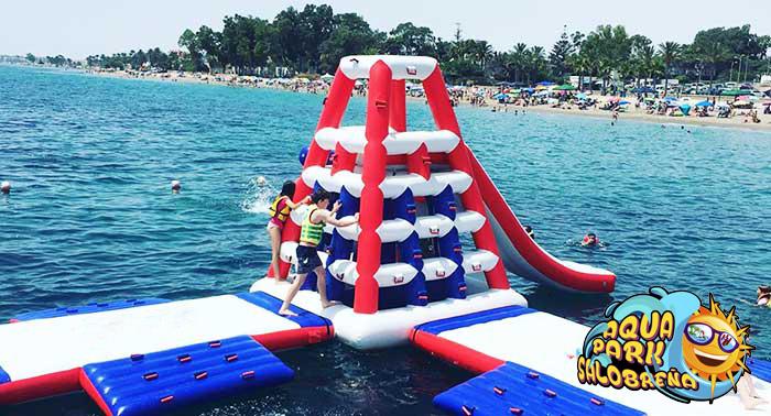 ¡Descubre una nueva manera de divertirte en la playa: Parque Acuático Hinchable de Salobreña!